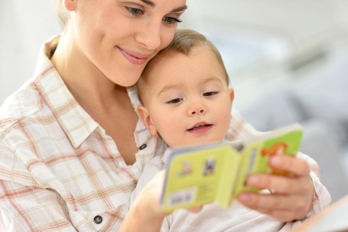 mama przegląda książeczkę z dzieckiem